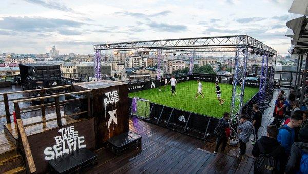 Jouer au foot sur le toit d'un immeuble, une drôle d'expérience!