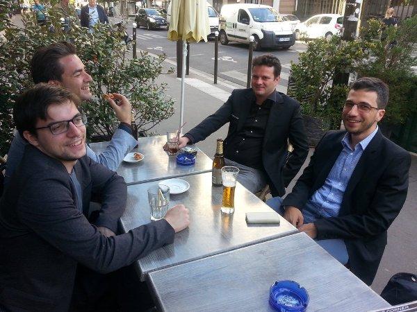 Un peu de réconfort après les parties! Avec JB Mullon, E Bacrot et L Fressinet. (photo Yannick Pelletier)