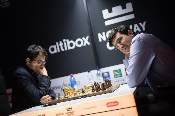"""Cette fois, c'est le début d'une partie victorieuse, face à Kramnik Photo site officiel <a href=""""http://norwaychess.no"""">http://norwaychess.no</a>"""
