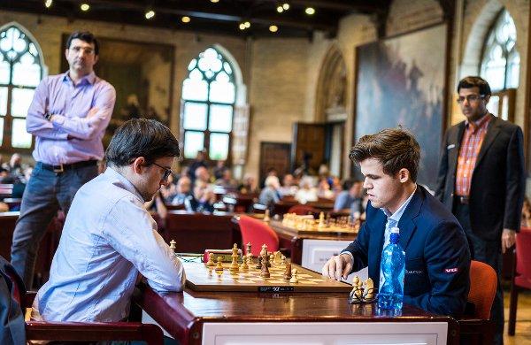 Devant 3 champions du monde, pendant le money time contre Magnus! (photo Grand Chess Tour)