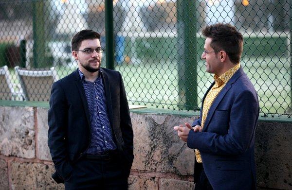 Petite discussion avec un ami, en marge de la cérémonie d'ouverture (Photo Agon)