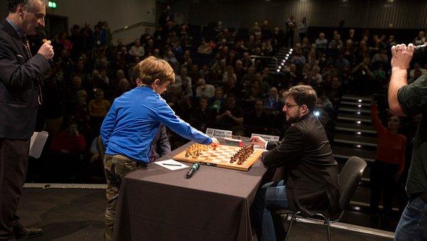 Un jeune garçon joue le premier coup de Karjakin contre Maxime (photo Spectrum Studios)