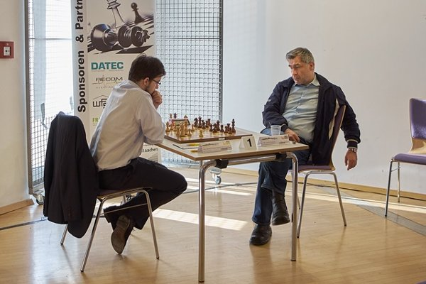 Beginning of the game against Ivanchuk, in more Spartan conditions than during usual Top tournaments ! (photo Guido Giotta)