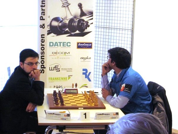 Against Harikrishna ; a conventional before-game attitude, when the eye neither catches the opponent, nor the board… (photo Michael Buscher)