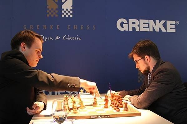 Le jeune allemand Bluebaum s'apprête à prendre en d5 dans l'ouverture (photo Grenke chess).