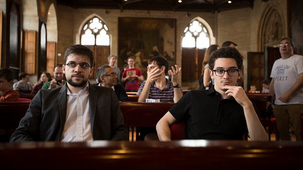 Avec Caruana, pendant la présentation dans l'Hôtel de Ville de Leuven (Photo Grand Chess Tour).