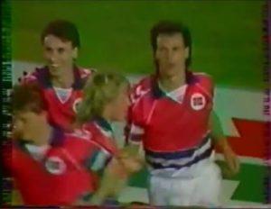 Sur cette extrait de vidéo d'archive, on aperçoit Agdestein à gauche, félicitant le buteur qui vient d'égaliser contre la France.
