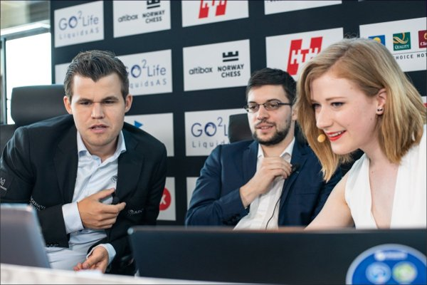Analyzing with Magnus Carlsen and the Hungarian commentator Anna Rudolf (photo Altibox Norway Chess).