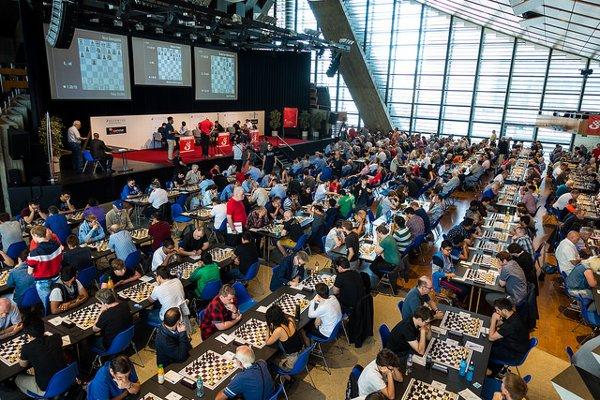 Vue partielle de la salle de jeu : comme à Wijk aan zee, tout le monde joue dans la même salle (Photo: Simon Bohnenblust / Biel Chess Festival).