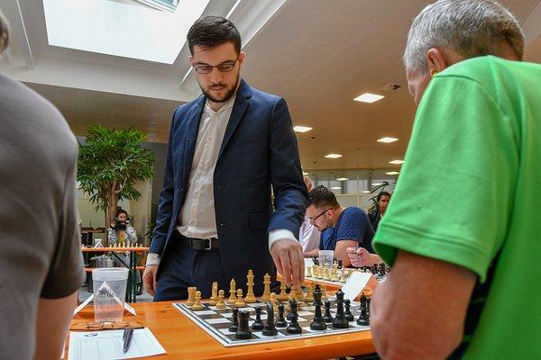 Une petite simultanée avant la cérémonie d'ouverture (Photo: Simon Bohnenblust / Biel Chess Festival).