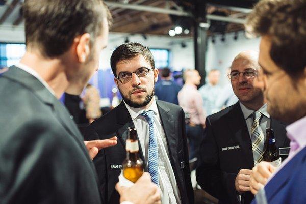 Maxime et Aronian en grande discussion avec un buveur de bière, lors de la cérémonie d'ouverture (Photo: GCT).