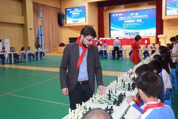Au lendemain du tournoi, simultanée contre les enfants… avec le fanion de l'école! (Photo Gu Xiaobing).