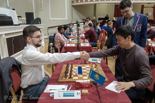 Poignée de mains avec le n°1 Kazak Rinat Jumabayev (Photo Chess.com/John Saunders).