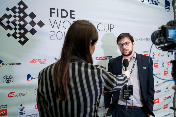 En interview après la qualification contre Kovalenko (Photo : Fide).