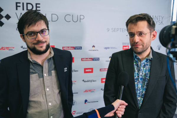 Answering questions with the Armenian friend (Photo: Fide).