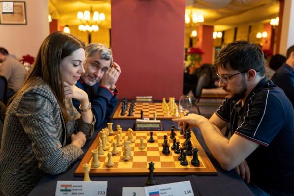 Face à la GMI russe Dina Belenkaya pendant le tournoi de blitz, sous le regard bienveillant d'Ivanchuk ! (Photo : Niki Riga).