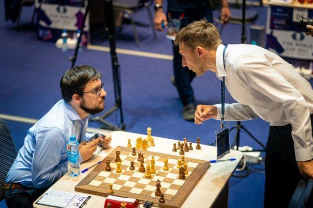 Juste après la fin de la deuxième partie (photo : FIDE).